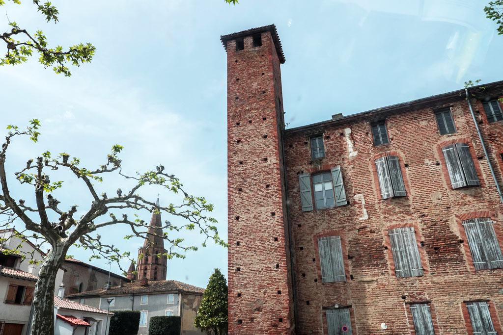 Saint-Nicolas-de-la-Grave et ses briques rouges